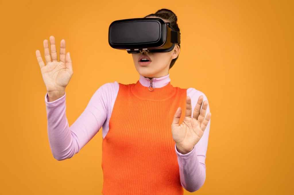Personne avec un casque de réalité virtuelle.